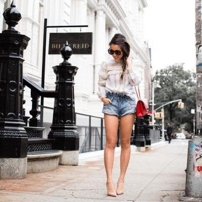Áo ren trắng cách điệu cầu kỳ phối cùng quần sooc sáng và giày cao gót