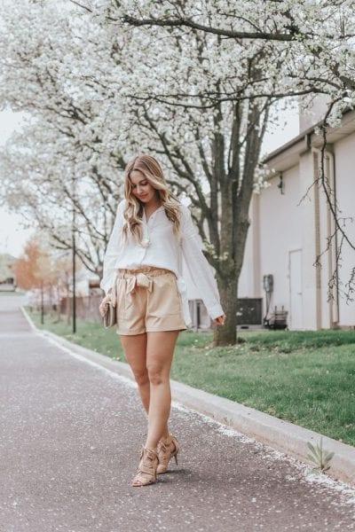Áo sơ mi trắng kết hợp với quần short kaki, tinh tế và thời trang