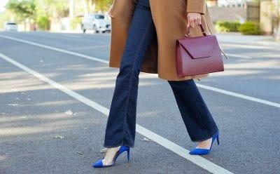 Những đôi giày cao gót là bạn thân của quần ống loe.