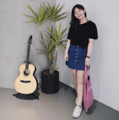 Chân váy jean với áo thun, một sự kết hợp đơn giản