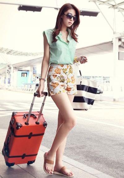 Mix quần Short họa tiết cùng dép Sandal rất phù hợp cho những chuyến đi chơi, du lịch của bạn
