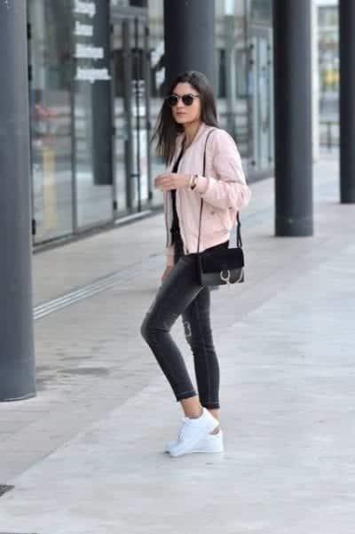 Phối giày sneaker trắng với quần skinny là sự lựa chọn hoàn hảo cho các cô nàng thể thao