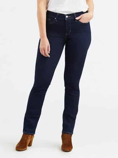 Quần slim-fit là dáng quần bó nhưng vẫn thoải mái, ống quần không ôm khít vào cổ chân