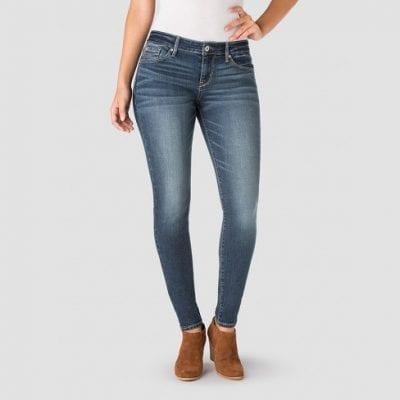Skinny là dáng quần bó hơn, ôm chặt vào chân bạn để tôn lên đường cong cơ thể