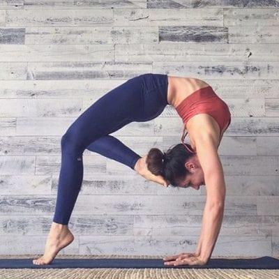 Chọn quần áo ôm sát cơ thể, co giãn cho bộ môn Yoga