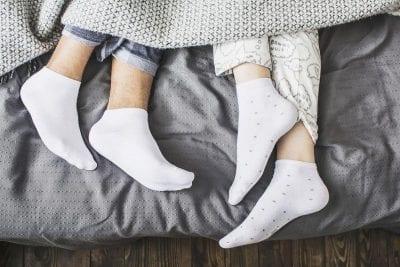 Đi tất khi ngủ để hạn chế hiện tượng nứt nẻ chân