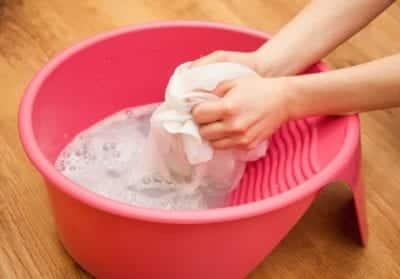 Tẩy vết bẩn dầu mỡ bằng xà phòng