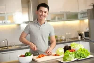 Tự tay nấu bữa ăn ngon và mời người thân yêu quây quần cũng sẽ làm mẹ bạn cảm động.