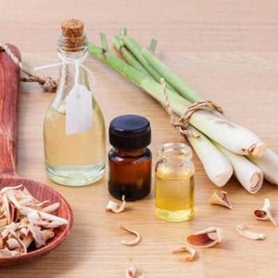 Các tinh dầu từ chanh, sả, quế có thể giúp giải quyết mùi hôi chân
