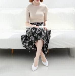 """Những mẫu giày mang màu sắc cơ bản như nude, màu trắng sẽ tạo cảm giác ảo khiến đôi chân như được """"kéo dài"""" hơn."""
