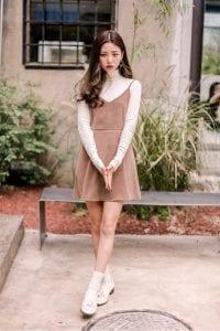 Trong khi combo giày loafer + tất lửng phối với váy ngắn lại mang đến vẻ xinh xắn chuẩn phong cách Hàn Quốc.