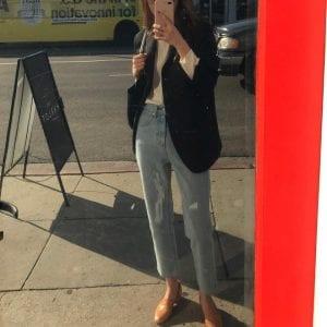 Giày loafer diện cùng quần jeans luôn mang đến cảm giác thanh lịch mà vẫn cá tính.