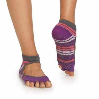 Tất yoga thường được thiết kế lộ ngón chân và phần gan bàn chân có mút cao su để không bị trơn trượt
