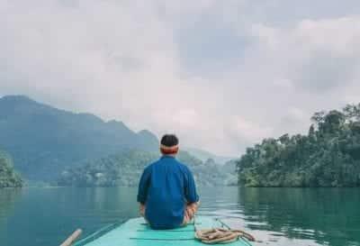 Ngồi thuyền trên mặt hồ xanh ngắt, hít thở khí trời trong lành.