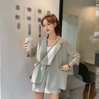 Để phá cách và mới mẻ, các nàng hãy tự tin diện áo blazer cùng quần short.