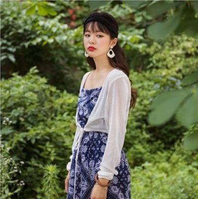 Combo váy hai dây cùng áo cardigan rất phù hợp để diện trong ngày trở lạnh.