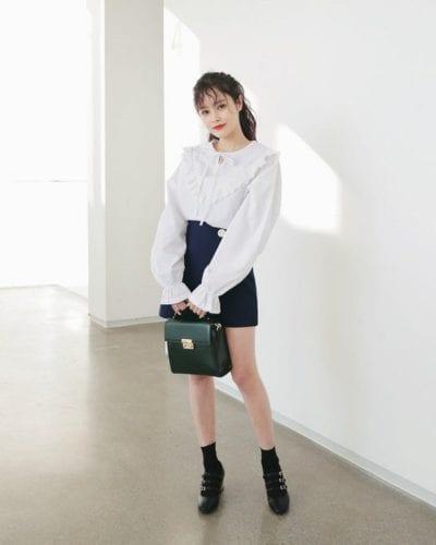 Áo sơ mi tay bồng kết hợp với chân váy chữ A tôn lên vẻ duyên dáng của các cô gái mỗi khi tới công sở.