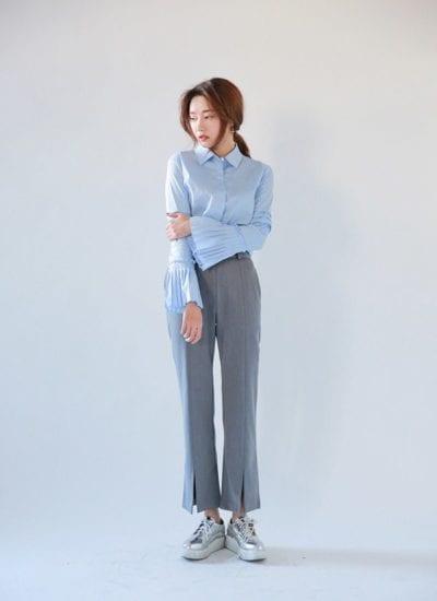 Chị em có thể kết hợp áo sơ mi tay chuông với quần suông cũng rất xinh xắn.