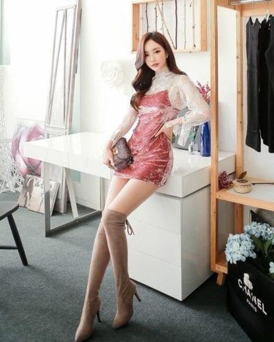 Đầm nhung ôm body ngắn phối cùng boots cổ cao cực tôn dáng cho nàng có vóc dáng thon gọn