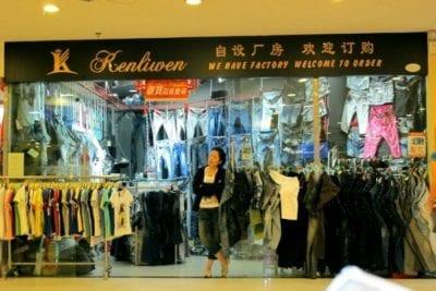 Một cửa hàng quần áo bên trong khu Chợ 13 (Quảng Châu)