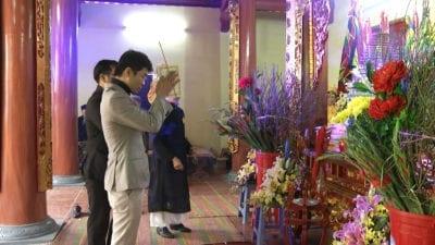 Những người con làm nghề may tụ hội về làng Trạch Xá (Hà Nội) trong ngày Giỗ Tổ, dâng nén nhang tưởng nhớ Tổ nghiệp.