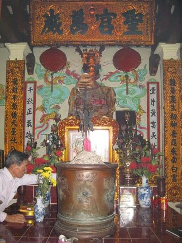 Tượng thờ Tổ nghiệp Nguyễn Thị Sen tại Trạch Xá.