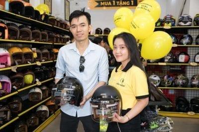 Khách hàng mua sắm nón bảo hiểm tại 1 trong những cửa hàng tại Nón Trùm