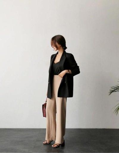 Áo blazer đen cổ điển chính là bảo bối giúp nàng độ tuổi 30 mặc tôn lên vẻ đẹp trẻ trung, sang trọng