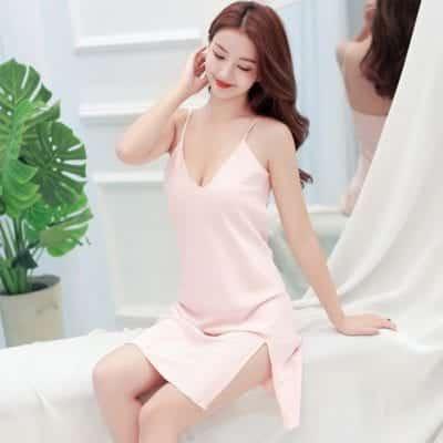 Một chút xẻ tà ở phần chân váy còn giúp các nàng khéo khoe được phần đùi thon gọn.