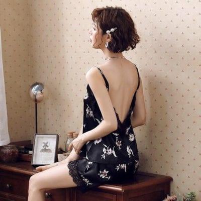 Để diện đồ hở lưng được đẹp, các quý cô nhớ chăm sóc cho phần da ở lưng sao cho mịn màng.