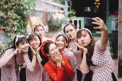 Lựa chọn mẫu áo dài ấn tượng cho dàn trai xinh gái đẹp trong ngày vui tại Áo Dài Tài Lộc. Ảnh: Internet