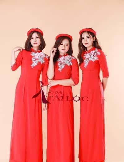 Áo dài bê tráp truyền thống màu đỏ may mắn cho nữ. Ảnh: Internet