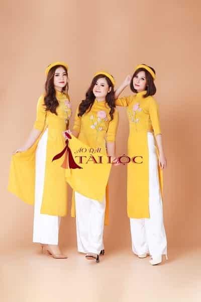 Đồng phục áo dài bê quả vàng nhung tà ngắn trẻ trung. Ảnh: Internet
