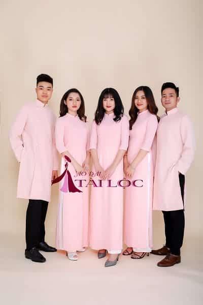 Sự kết hợp mới mẻ giữa áo dài nam hồng trơn và quần âu trẻ trung. Ảnh: Internet