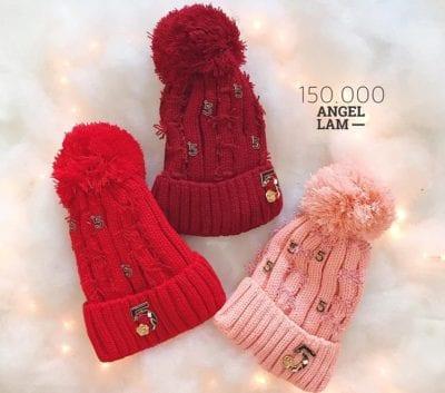 Mũ len tại shop Angel Lam có kiểu dáng đơn giản nhưng được phối màu độc đáo, giúp tôn lên làn da trắng hồng của người đội