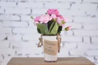 Hoa tươi ở Trà Flowers có loại bó chỉ từ 99.000 với loại giấy gói thanh lịch, sang trọng