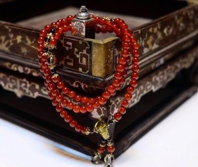 Một mẫu vòng mã nào đỏ tại Zimoi's Accessories