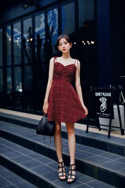 Váy liền thân dáng ngắn là trang phục dễ sử dụng. Ở mùa nóng, các mẫu đầm đậm chất bánh bèo thường được khai thác dáng hai dây để mang tới phong cách hợp mùa