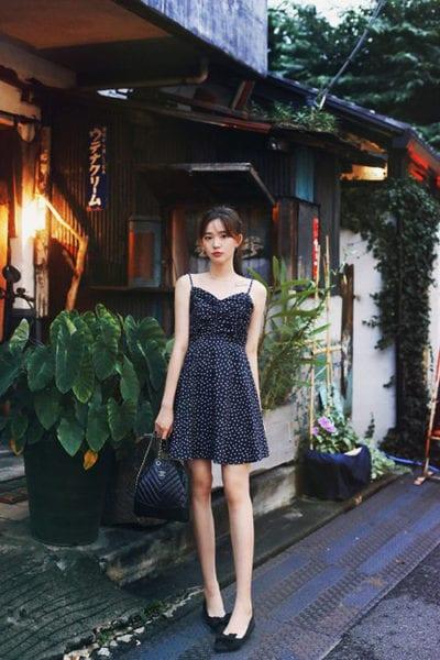 Đầm hoạ tiết chấm bi đơn giản vẫn có thể giúp phái đẹp thu hút người đối diện nhờ chi tiết. hai dây mảnh, dáng ngắn gợi cảm