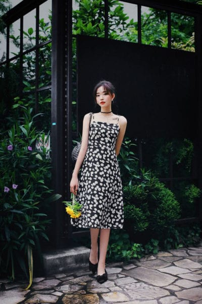 Hoa cúc daisy là một trong những hoạ tiết được yêu thích ở mùa mốt 2020. Váy hai dây với tông màu tương phản và trang trí hoa cúc nhí xinh xắn