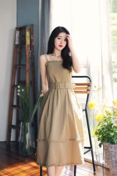Đầm khoe vai trần dành cho các bạn yêu tông màu trung tính. Ngoài phần cúp ngực bắt mắt, váy mùa hè còn được trang trí đai lưng vải tiệp màu