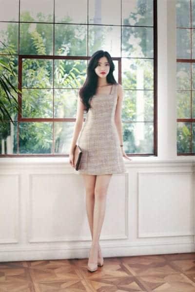 Trang phục hai dây to bản thiết kế trên chất liệu vải tweed mỏng dành cho phái đẹp thích các mẫu váy ôm để tôn hình thể và chân thon