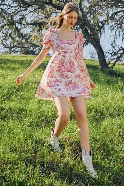 Đầm baby doll cổ vuông họa tiết hoa dễ thương là lựa chọn hoàn hảo cho một chiều hè dạo chơi