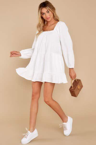 Một chiếc đầm baby doll trắng giản đơn là item phù hợp theo nàng dạo phố, đến những buổi cà phê cùng bạn bè