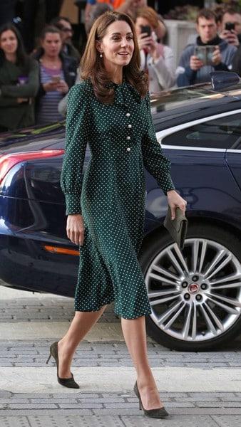 Công nương Kate cũng chọn mẫu đầm chấm bi thanh lịch, bổ sung thêm chi tiết nơ cổ và tăng chiều dài đầm để trang phục thê, phần trang nhã