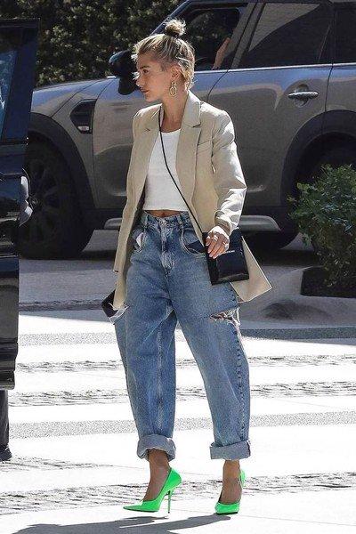 Set đồ cực đẹp và chất với quần jean baggy rách, tanktop và blazer. Điểm nhấn thú vị, đặc biệt nhất nằm ở đôi giày xanh neon vô cùng nổi bật