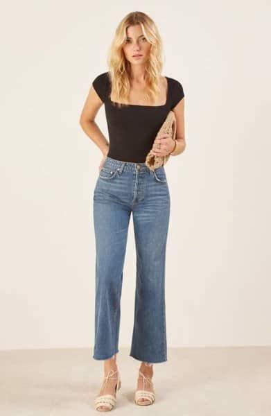 Thay vì trung thành với các mẫu quần jean form cơ bản, nàng có thể chọn quần jean ống loe nhẹ để set đồ thường ngày thêm phần duyên dáng