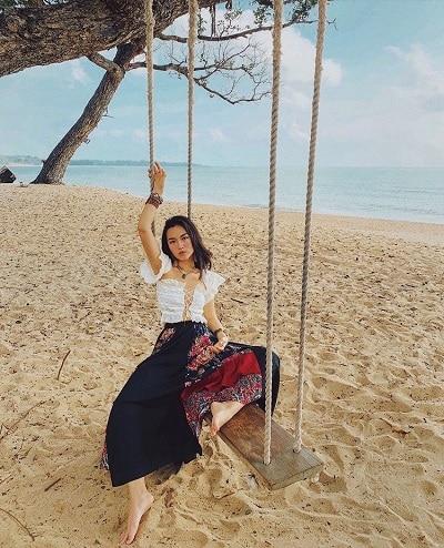 Áo croptop + Chân váy dài đi biển