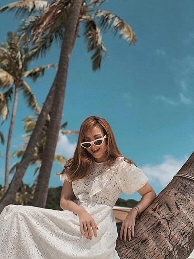 Váy trắng đi biển kết hợp cùng phụ kiện