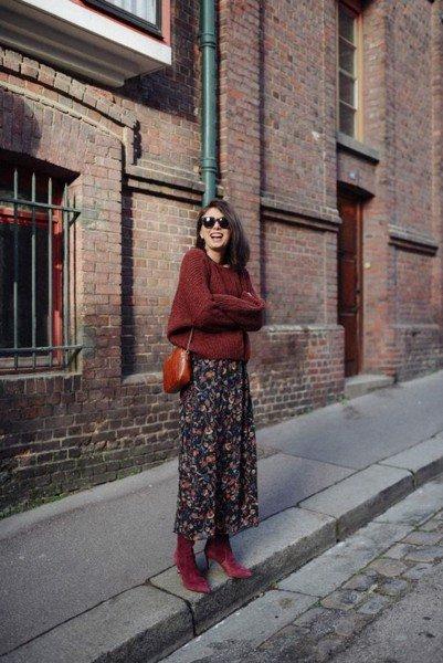 Một outfit thú vị cho mùa lạnh với váy midi. Các nàng thấp bé tốt nhất nên diện váy midi họa tiết với giày có phần gót cao hoặc giày đế xuồng
